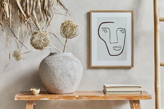Стильная композиция интерьера гостиной с макетом рамки плаката, скамейкой в стиле ретро, глиняной вазой и книгами. деревенское вдохновение. летние флюиды. бежевая стена. шаблон.