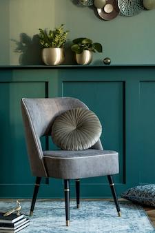 디자인 안락 의자, 식물이있는 금 냄비, 책 및 우아한 개인 액세서리가있는 세련된 거실 구성. 선반이있는 녹색 벽 패널. 현대 가정 장식. 주형. 럭셔리 컨셉.