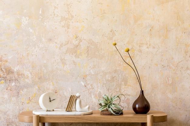 Стильная композиция гостиной с дизайнерской деревянной консолью, книгами, часами, воздушным растением, декором, стеной в стиле гранж, копией пространства и элегантными личными аксессуарами в современном домашнем декоре.
