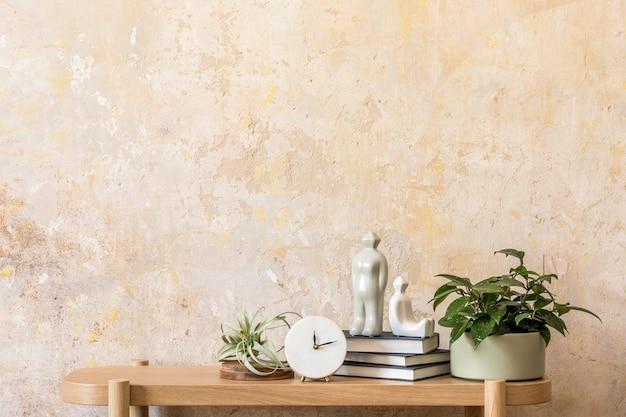 디자인 나무 콘솔, 책, 시계, 공기 식물, 장식, 그런지 벽, 복사 공간 및 현대 가정 장식의 우아한 개인 액세서리가있는 거실의 세련된 구성.