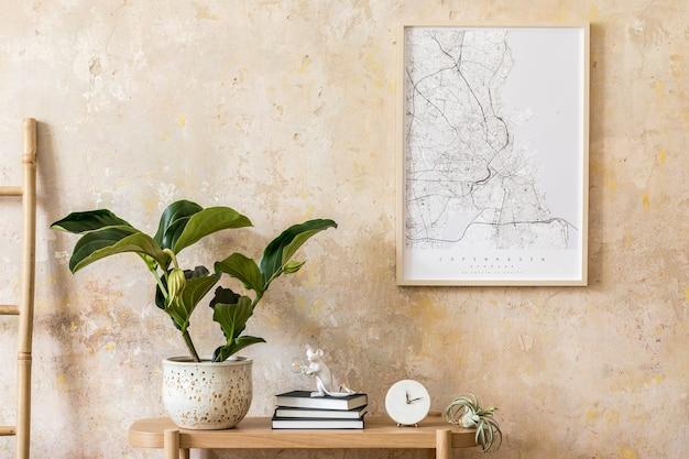 디자인 나무 콘솔, 사다리, 책, 식물, 시계, 공기 식물, 장식, 그런지 벽 및 현대 가정 장식의 우아한 개인 액세서리가있는 거실의 세련된 구성.