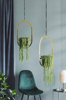Стильная композиция роскошного интерьера гостиной квартиры с дизайнерским креслом, журнальным столиком и аксессуарами. зеленые стены и деревянный паркет. скопируйте пространство.