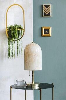 Стильная композиция роскошного интерьера гостиной квартиры с дизайнерским журнальным столиком и аксессуарами. зеленые и белые стены и деревянный паркет.