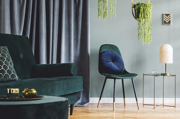 Стильная композиция роскошного интерьера гостиной квартиры с дизайнерским диваном, креслом, журнальным столиком и аксессуарами. зеленые стены и деревянный паркет.