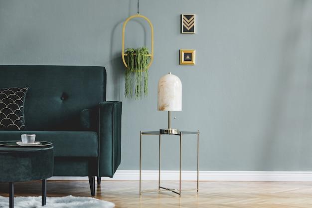 Стильная композиция роскошного интерьера гостиной квартиры с дизайнерским диваном, журнальным столиком и аксессуарами. зеленые стены и деревянный паркет. скопируйте пространство.