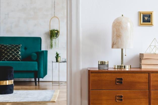 Стильная композиция роскошного интерьера гостиной с дизайнерским диваном, деревянным комодом и аксессуарами. белые стены и паркетный пол.