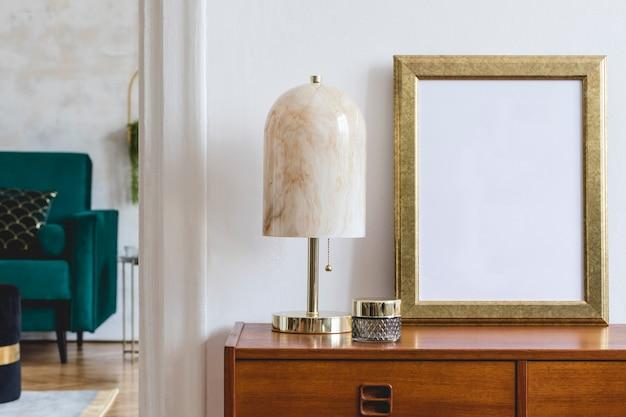 Стильная композиция роскошного интерьера гостиной с каркасом, дизайнерским деревянным комодом и аксессуарами. белые стены.