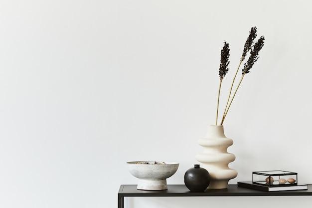 コピースペース、金属製の棚、個人用アクセサリーを備えたミニマルなクリエイティブな部屋のインテリアのスタイリッシュな構成。黒と白のコンセプト。レンプレート。