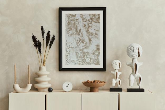 디자인된 조각품, 모의 포스터 프레임, 베이지색 목재 사이드보드 및 개인 액세서리를 갖춘 현대적인 베이지색 거실 인테리어 디자인의 세련된 구성. 주형.