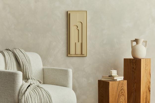 벽에 구조 그림, 베이지색 안락 의자, 나무 큐브 및 개인 액세서리가 있는 현대적인 아늑한 거실 인테리어의 세련된 구성. 중립 창조적 인 벽. 주형.
