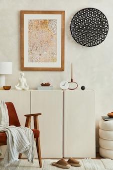 모의 포스터 프레임, 목재 사이드보드, 안락의자, 빈티지 액세서리를 갖춘 현대적인 거실 인테리어의 세련된 구성. 주형.