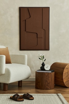 구조 그림, 베이지색 안락 의자, 둥근 나무 조각 및 개인용 액세서리가 있는 현대적인 거실 인테리어의 세련된 구성. 중립적 인 창조적 인 벽, 바닥에 카펫. 주형.