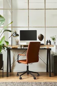 Стильная композиция интерьера современного мужского домашнего офиса с черным промышленным столом, коричневым кожаным креслом, компьютером и стильными личными аксессуарами. шаблон.