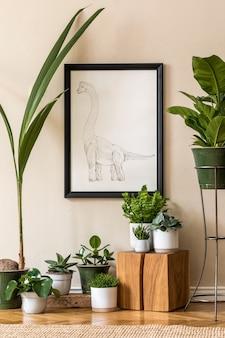 さまざまな鉢にたくさんの植物が植えられたレトロなリビングルームのインテリアと、ベージュの壁に黒のモックアップポスターフレームがスタイリッシュに構成されています。ヴィンテージの家の庭。ミニマルなコンセプト。テンプレート。