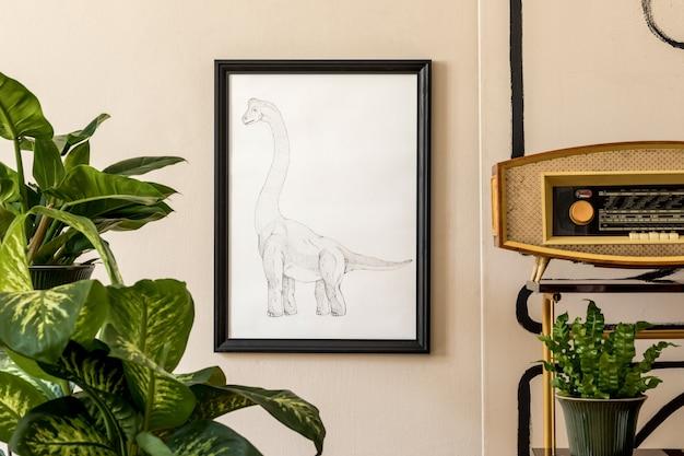 緑の鉢、黒いモックアップポスターフレーム、レトロなラジオや家具にたくさんの植物で満たされたレトロなリビングルームのインテリアのスタイリッシュな構成。ヴィンテージの家の装飾。ミニマルなコンセプト。テンプレート。