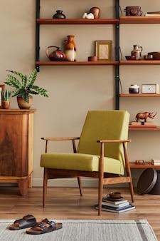 レトロなリビング ルームのインテリアのスタイリッシュな構成で、デザインのアームチェア、木製の本棚、額縁、植物、カーペット、スリッパ、装飾、家の装飾のエレガントなアクセサリー。