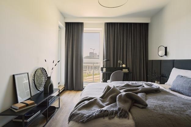 小さなモダンなベッドルームのインテリアのスタイリッシュな構成パノラマウィンドウテンプレート