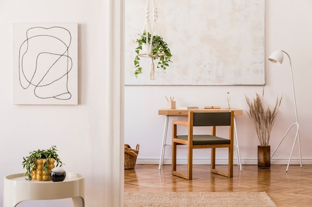 회색 소파와 아름다운 액세서리가 있는 넓은 아파트 인테리어의 세련된 구성
