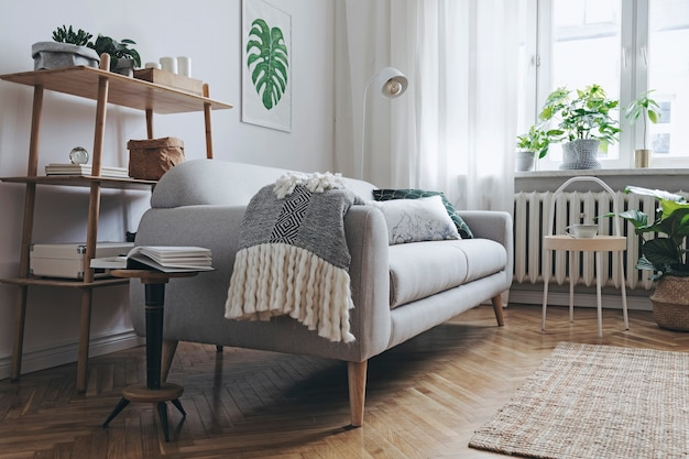 Стильная композиция интерьера просторной гостиной