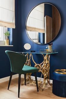 バニティテーブル、大きな丸い鏡、美しい人のアクセサリーを備えたモダンな魅力的なインテリアデザインの女性コーナーのスタイリッシュな構成。レンプレート。
