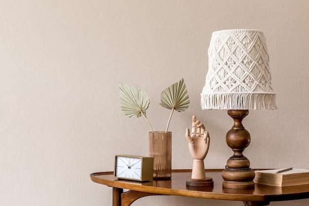 Стильная композиция на дизайнерском деревянном столе в минималистичной концепции гостиной copy space