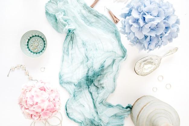 청록색 담요, 화려한 파스텔 수국 꽃 꽃다발, 흰색 바탕에 여성 패션 액세서리와 세련 된 구성. 평면 평신도, 평면도.