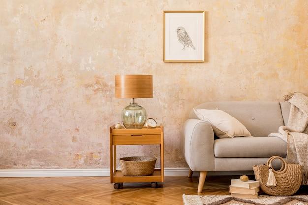 커피 테이블, 테이블 램프, 디자인 회색 소파, 액자, 책, 카펫, 여성 가방, 베개, 격자 무늬 및 가정 장식의 우아한 액세서리가있는 거실 인테리어의 세련된 개념.