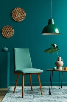 Стильная концепция интерьера гостиной с небольшим столом из орехового дерева, дизайнерские стулья с тропическим листом в бежевой вазе, оформление ковров в стиле ретро и элегантные личные аксессуары в современном винтажном домашнем декоре