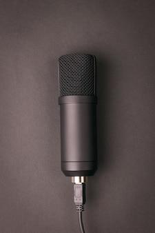 어두운 배경에 세련된 콘덴서 마이크. 녹음 장비.