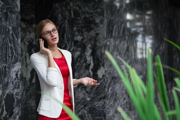 電話で話しスタイリッシュコンテンツ若い女性