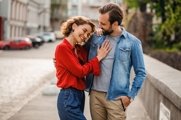 Elegante coppia innamorata seduta in strada in viaggio romantico