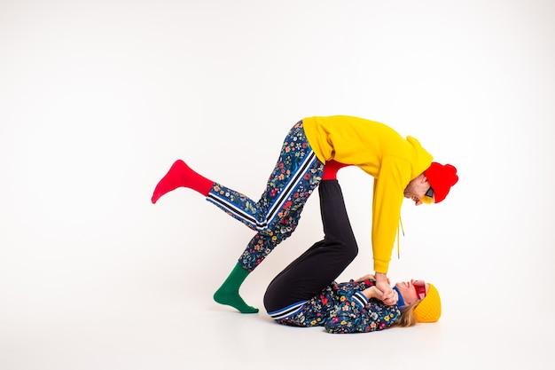 Стильная пара мужчина и женщина в красочной одежде позирует