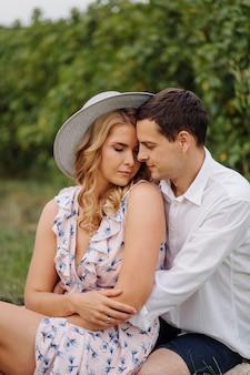 自然の中でポーズをとるスタイリッシュなカップル。愛と抱擁