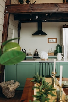로프트 스타일의 세련된 아늑한 녹색 주방. 현대적인 인테리어. 소프트 선택적 초점.