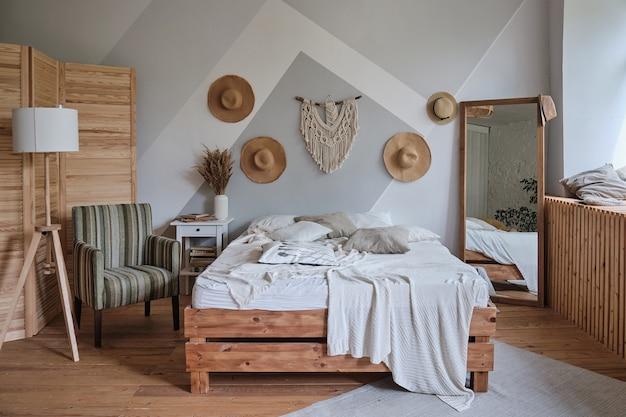 더블 침대 안락의자 야간 램프 카펫 거울이 있는 세련된 아늑한 거실