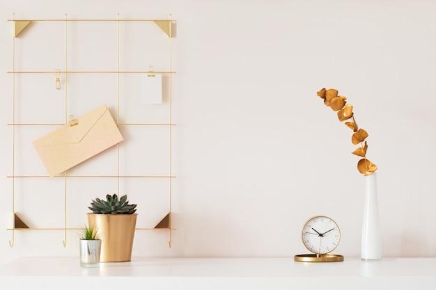 식물과 잎이 있는 흰색 테이블 배경이 있는 세련된 책상 인테리어. 현대 홈 오피스 인테리어