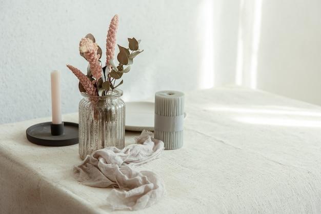 Dettagli eleganti dell'arredamento interno sullo sfondo di un muro bianco con raggi di sole.