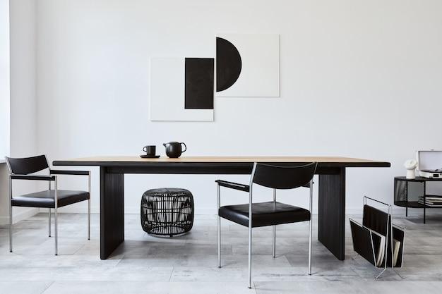 디자인 목재 패밀리 테이블, 검은 색 의자, 머그잔이 달린 주전자가있는 세련된 식당 인테리어