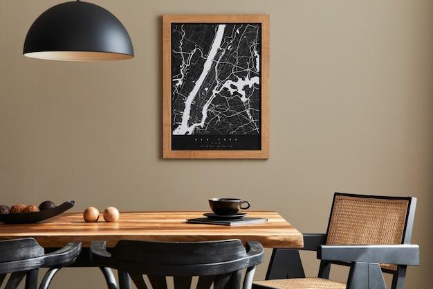지도, 호두 나무 테이블, 디자인 의자, 커피 한 잔, 장식, 식기 및 가정 장식의 우아한 개인 액세서리가있는 세련된 식당 인테리어.