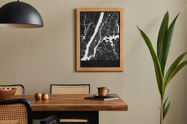 Стильный интерьер столовой с макетом карты-плаката, деревянным столом из орехового дерева, дизайнерскими стульями, чашкой кофе, украшениями, посудой и элегантными личными аксессуарами в домашнем декоре. шаблон.