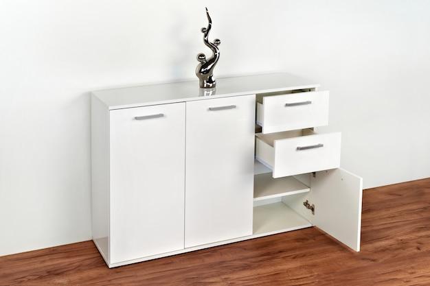 흰색 배경에 세련 된 옷장입니다. 옷장 용 가구