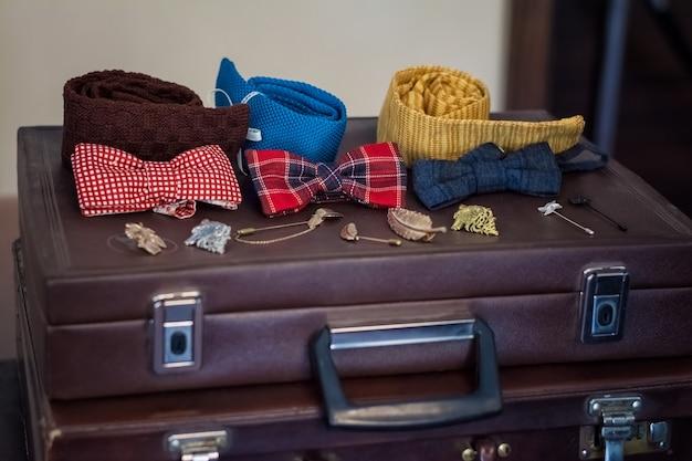 Стильная, элегантная бабочка для мужского костюма на чемодане
