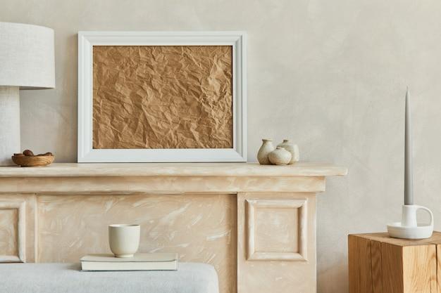 포스터와 개인 액세서리가 있는 거실 인테리어의 세련되고 우아한 구성 template