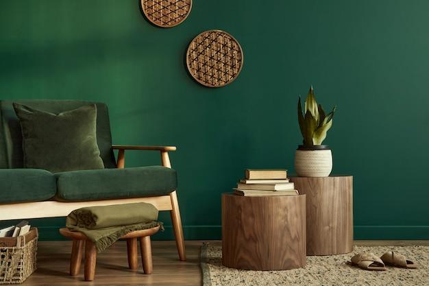 デザインの緑のソファとアクセサリーのコピースペーステンプレートとスタイリッシュでエレガントなリビングルームのインテリア