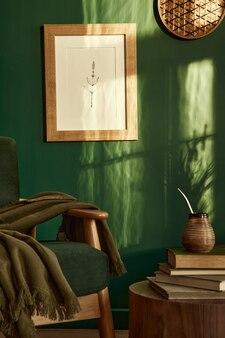 デザインソファとモックアップポスターフレームテンプレートとスタイリッシュでエレガントなリビングルームのインテリア