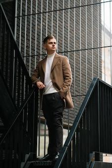 도시 스타일의 코트에 세련된 우아한 남자 남자