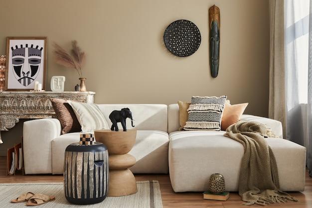 디자인 모듈 식 소파, 나무 의자, 모로코 선반, 카펫 장식, 장식 및 우아한 개인 액세서리와 함께 세련된 에스닉 거실 인테리어. 현대적인 장식 ..