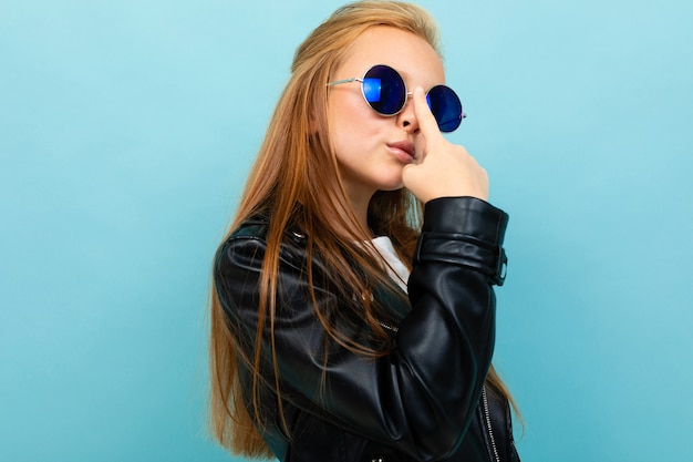 眼鏡をかけたスタイリッシュなヨーロッパの女の子