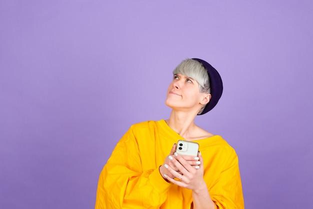 보라색 벽에 세련 된 유럽 여자