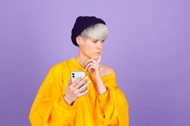 보라색 벽에 세련 된 유럽 여자 무료 사진